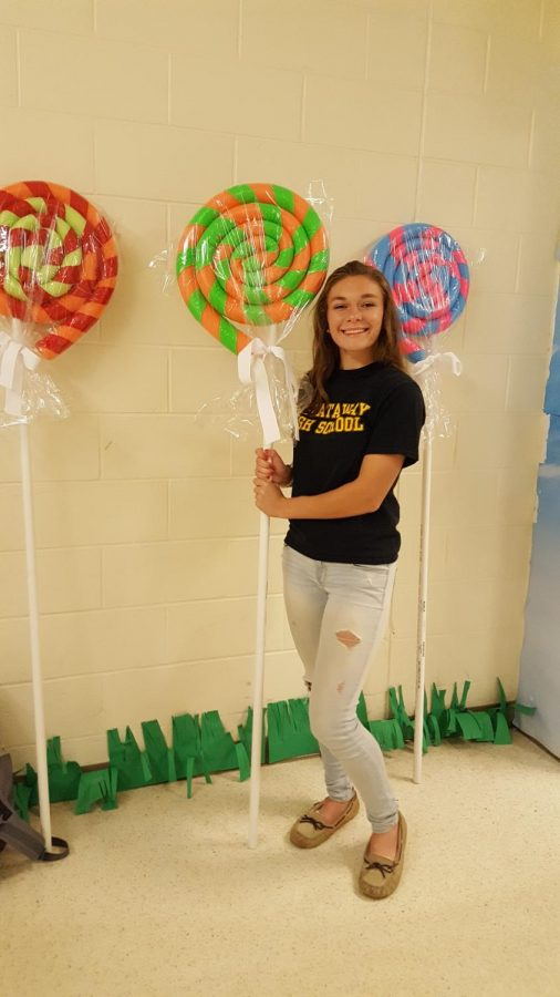 Senior+Caitlyn+Erdman+shows+off+her+%27lollipops%27+she+created+out+of+pool+noodles%2C+duct+tape%2C+and+pvc+pipe.